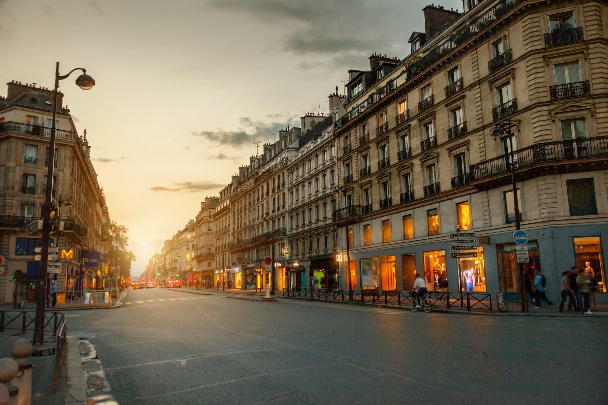 Visuel d'une rue parisienne au coucher du soleil