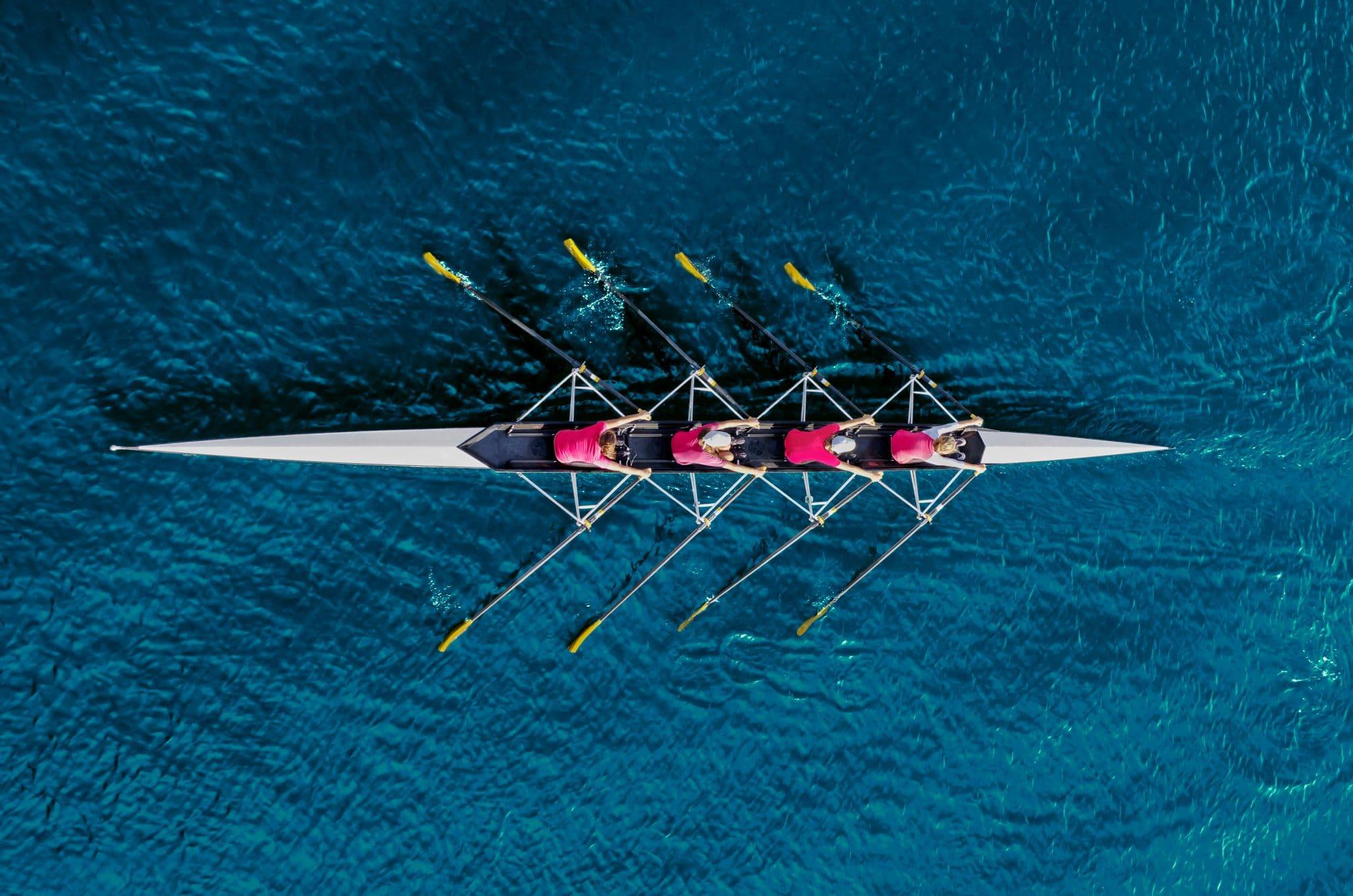 Vue aérienne de quatre personne pratiquant l'aviron